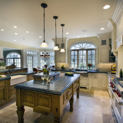 traditional kitchen by TrueLeaf Kitchens
