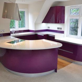 Inspiration för mellanstora moderna vitt kök, med en nedsänkt diskho, släta luckor, lila skåp, bänkskiva i kvartsit, glaspanel som stänkskydd, svarta vitvaror, ljust trägolv, en halv köksö och brunt golv