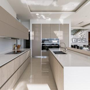 Esempio di una cucina moderna di medie dimensioni con lavello a doppia vasca, ante lisce, ante beige, top in quarzo composito, paraspruzzi bianco, elettrodomestici in acciaio inossidabile, pavimento con piastrelle in ceramica e isola