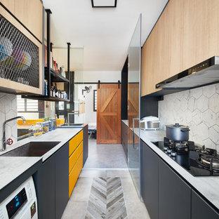 シンガポールのインダストリアルスタイルのおしゃれなII型キッチン (シングルシンク、フラットパネル扉のキャビネット、黄色いキャビネット、白いキッチンパネル、マルチカラーの床、白いキッチンカウンター) の写真