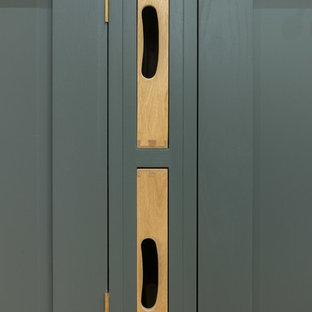他の地域の小さいインダストリアルスタイルのおしゃれなキッチン (エプロンフロントシンク、シェーカースタイル扉のキャビネット、グレーのキャビネット、クオーツストーンカウンター、メタリックのキッチンパネル、メタルタイルのキッチンパネル、アイランドなし) の写真