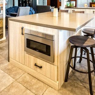 Esempio di una grande cucina industriale con lavello da incasso, ante lisce, ante in legno chiaro, top in cemento, paraspruzzi marrone, paraspruzzi con piastrelle di metallo, elettrodomestici in acciaio inossidabile, pavimento con piastrelle in ceramica, isola e pavimento grigio