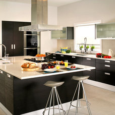 Modern Kitchen by Kuche+Cucina