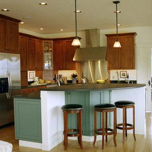Bild på ett funkis kök, med rostfria vitvaror