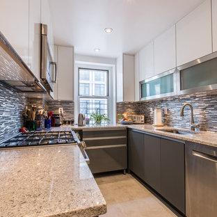 ニューヨークの小さいモダンスタイルのおしゃれなキッチン (アンダーカウンターシンク、フラットパネル扉のキャビネット、グレーのキャビネット、御影石カウンター、グレーのキッチンパネル、ボーダータイルのキッチンパネル、シルバーの調理設備の、セラミックタイルの床、アイランドなし) の写真