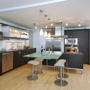 Идея дизайна: кухня в современном стиле с стеклянными фасадами, техникой из нержавеющей стали, врезной раковиной, темными деревянными фасадами, стеклянной столешницей и фартуком из стекла