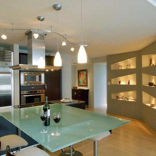 ハワイのコンテンポラリースタイルのおしゃれなLDK (ガラスカウンター、シルバーの調理設備、ターコイズのキッチンカウンター) の写真