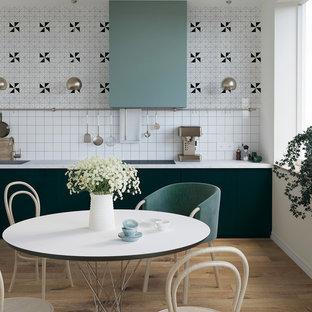 Réalisation d'une cuisine nordique en L avec un évier posé, un placard à porte shaker, des portes de placard blanches, une crédence multicolore et un électroménager en acier inoxydable.