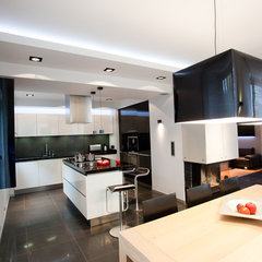 modern kitchen by BANUCHASTUDIO