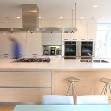Modern Kitchen by Bushman Dreyfus Architects