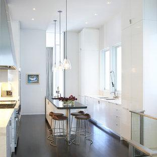 Ispirazione per una cucina moderna con ante lisce e ante bianche