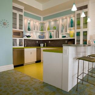サンディエゴのコンテンポラリースタイルのおしゃれなキッチン (ガラス扉のキャビネット、シルバーの調理設備の、黄色い床、緑のキッチンカウンター) の写真