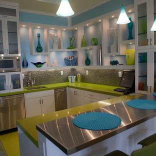 Стильный дизайн: кухня в современном стиле с столешницей из кварцевого агломерата, фартуком цвета металлик, фартуком из плитки мозаики и зеленым полом - последний тренд