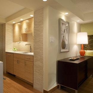 Idéer för ett modernt kök, med en undermonterad diskho, släta luckor och skåp i ljust trä