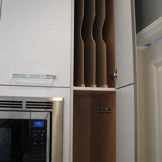 Modern Kitchen by Distinctive Design / Build / Remodel, LLC.