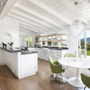 Klassische Wohnküche mit Schrankfronten mit vertiefter Füllung, Landhausspüle und weißen Schränken in San Francisco