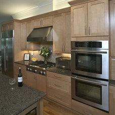 Modern Kitchen by Grainda Builders, Inc.