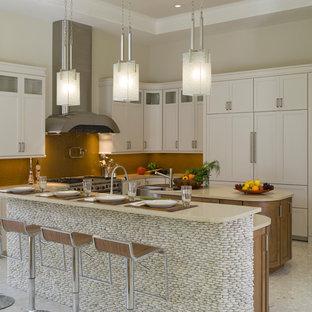 Imagen de cocina en U, minimalista, con fregadero sobremueble, armarios estilo shaker, puertas de armario blancas, encimera de cuarzo compacto, salpicadero marrón, electrodomésticos con paneles y encimeras beige