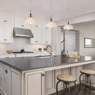 Exempel på ett mellanstort modernt beige beige kök, med en nedsänkt diskho, luckor med profilerade fronter, vita skåp, bänkskiva i betong, beige stänkskydd, stänkskydd i keramik, rostfria vitvaror, tegelgolv, en köksö och brunt golv