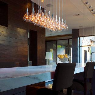 Große Moderne Wohnküche in U-Form mit Doppelwaschbecken, profilierten Schrankfronten, Schränken im Used-Look, Granit-Arbeitsplatte, bunter Rückwand, Küchengeräten aus Edelstahl, dunklem Holzboden und Kücheninsel in New York