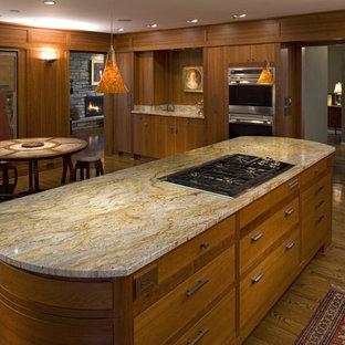 Aménagement d'une cuisine moderne avec un plan de travail en granite.