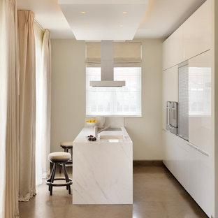 Exemple d'une petite cuisine moderne avec une péninsule.