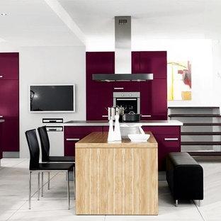 Inspiration för ett mellanstort funkis linjärt kök med öppen planlösning, med släta luckor, lila skåp, rostfria vitvaror, betonggolv, en köksö och vitt golv