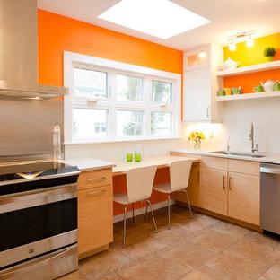 Ispirazione per una grande cucina moderna con lavello sottopiano, ante gialle, top in granito, paraspruzzi bianco, elettrodomestici in acciaio inossidabile, pavimento con piastrelle in ceramica, nessuna isola, ante lisce, paraspruzzi con piastrelle di metallo e pavimento beige