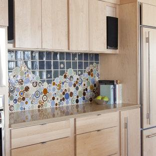Immagine di un'ampia cucina moderna con paraspruzzi con piastrelle a mosaico, paraspruzzi multicolore, ante lisce, ante in legno chiaro, elettrodomestici in acciaio inossidabile, lavello sottopiano, parquet chiaro, isola e top in quarzo composito