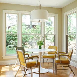 ニューヨークの大きいモダンスタイルのおしゃれなキッチン (アンダーカウンターシンク、フラットパネル扉のキャビネット、黄色いキャビネット、白いキッチンパネル、ガラス板のキッチンパネル、シルバーの調理設備の、淡色無垢フローリング) の写真
