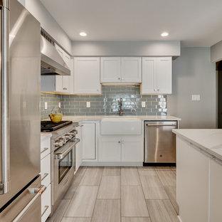 Idéer för ett avskilt, litet modernt vit l-kök, med en rustik diskho, luckor med infälld panel, vita skåp, bänkskiva i kvarts, blått stänkskydd, stänkskydd i glaskakel, rostfria vitvaror, vinylgolv, en köksö och beiget golv