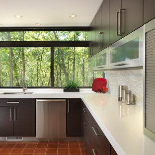 Пример оригинального дизайна: угловая кухня среднего размера в стиле модернизм с техникой из нержавеющей стали, полом из терракотовой плитки, врезной раковиной, плоскими фасадами, темными деревянными фасадами, столешницей из кварцевого агломерата, серым фартуком и фартуком из удлиненной плитки без острова