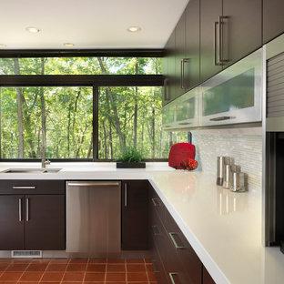 プロビデンスの中サイズのモダンスタイルのおしゃれなキッチン (アンダーカウンターシンク、フラットパネル扉のキャビネット、濃色木目調キャビネット、クオーツストーンカウンター、グレーのキッチンパネル、ボーダータイルのキッチンパネル、シルバーの調理設備の、テラコッタタイルの床、アイランドなし) の写真