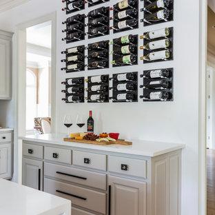 Idéer för ett mellanstort modernt vit kök, med en undermonterad diskho, luckor med upphöjd panel, beige skåp, bänkskiva i kvartsit, vitt stänkskydd, stänkskydd i marmor, rostfria vitvaror, plywoodgolv, en köksö och gult golv