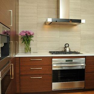 Mittelgroße, Offene Moderne Küche in L-Form mit integriertem Waschbecken, flächenbündigen Schrankfronten, dunklen Holzschränken, Quarzwerkstein-Arbeitsplatte, Küchenrückwand in Beige, Kücheninsel, hellem Holzboden, Küchengeräten aus Edelstahl und Kalk-Rückwand in Chicago