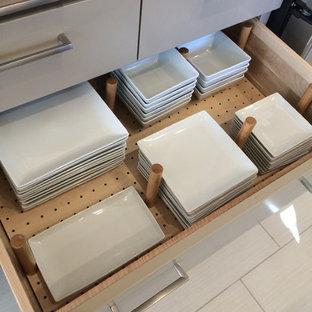 Offene, Zweizeilige, Mittelgroße Moderne Küche mit flächenbündigen Schrankfronten, grauen Schränken, Quarzwerkstein-Arbeitsplatte, Küchenrückwand in Grau, Rückwand aus Porzellanfliesen und Kücheninsel in Salt Lake City