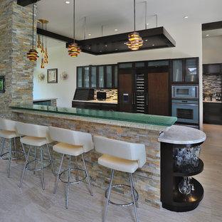 Inspiration för moderna turkost parallellkök, med luckor med glaspanel, skåp i mörkt trä, bänkskiva i glas, flerfärgad stänkskydd och integrerade vitvaror