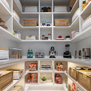 デトロイトの広いモダンスタイルのおしゃれなキッチン (オープンシェルフ、白いキャビネット、クオーツストーンカウンター、シルバーの調理設備、淡色無垢フローリング、茶色い床、白いキッチンカウンター) の写真