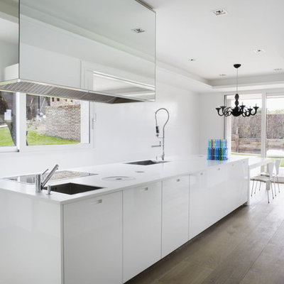 Example of a minimalist eat-in kitchen design in Madrid with flat-panel cabinets and a single-bowl sink