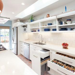 Zweizeilige Klassische Küche mit Unterbauwaschbecken, Schrankfronten im Shaker-Stil, weißen Schränken, Küchenrückwand in Weiß, Küchengeräten aus Edelstahl, Kücheninsel, Rückwand aus Metrofliesen, Keramikboden, buntem Boden, weißer Arbeitsplatte und Quarzit-Arbeitsplatte in San Francisco