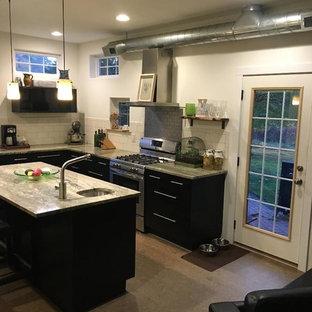 Создайте стильный интерьер: отдельная, угловая кухня среднего размера в стиле модернизм с врезной раковиной, плоскими фасадами, черными фасадами, столешницей из гранита, бежевым фартуком, фартуком из керамической плитки, техникой из нержавеющей стали, пробковым полом, островом, коричневым полом и зеленой столешницей - последний тренд