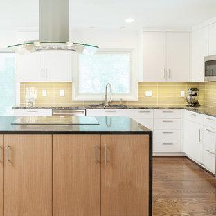 Idéer för att renovera ett avskilt, mellanstort funkis l-kök, med släta luckor, skåp i ljust trä, granitbänkskiva, gult stänkskydd, stänkskydd i glaskakel, rostfria vitvaror, mellanmörkt trägolv, en köksö och en dubbel diskho
