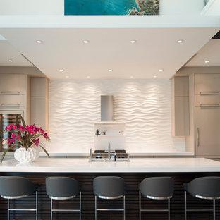 Inspiration för stora moderna kök, med vitt stänkskydd, en köksö, en undermonterad diskho, släta luckor, beige skåp, bänkskiva i kvarts, rostfria vitvaror och klinkergolv i porslin