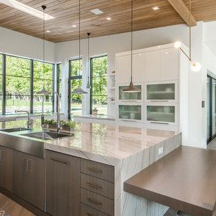 Ispirazione per una grande cucina minimalista con lavello sottopiano, ante marroni, top in quarzite, paraspruzzi bianco, elettrodomestici da incasso, pavimento in legno massello medio, nessuna isola, pavimento bianco e top bianco