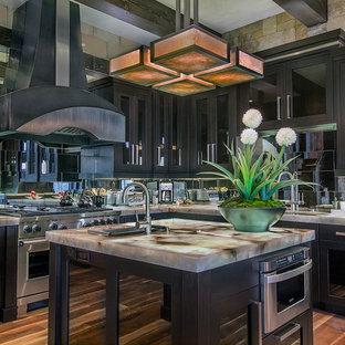 他の地域の大きいラスティックスタイルのおしゃれなキッチン (ドロップインシンク、シェーカースタイル扉のキャビネット、濃色木目調キャビネット、珪岩カウンター、メタリックのキッチンパネル、ミラータイルのキッチンパネル、パネルと同色の調理設備、濃色無垢フローリング、茶色い床) の写真