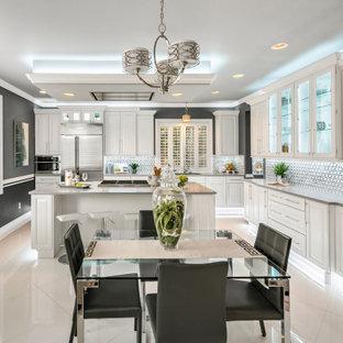 Klassische Wohnküche in L-Form mit Triple-Waschtisch, profilierten Schrankfronten, weißen Schränken, bunter Rückwand, Rückwand aus Mosaikfliesen, Küchengeräten aus Edelstahl, Kücheninsel, grauem Boden und grauer Arbeitsplatte in Seattle