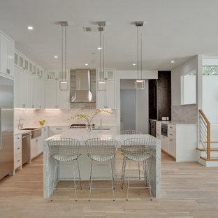 ナッシュビルの大きいコンテンポラリースタイルのおしゃれなキッチン (エプロンフロントシンク、シェーカースタイル扉のキャビネット、白いキャビネット、白いキッチンパネル、シルバーの調理設備の、淡色無垢フローリング、大理石カウンター、石タイルのキッチンパネル、ベージュの床、白いキッチンカウンター) の写真