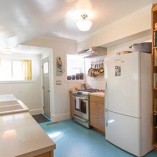 Kleine Retro Küche mit Linoleum und blauem Boden in Seattle
