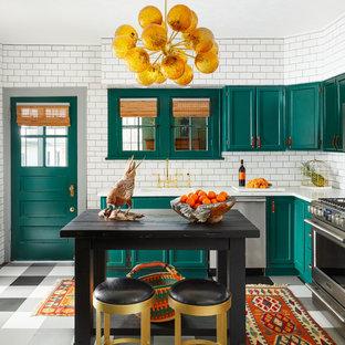 シカゴのエクレクティックスタイルのおしゃれなキッチン (シェーカースタイル扉のキャビネット、青いキャビネット、白いキッチンパネル、サブウェイタイルのキッチンパネル、シルバーの調理設備の、白いキッチンカウンター) の写真