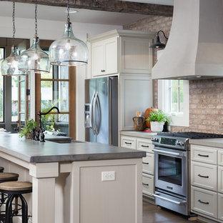 Offene, Zweizeilige, Mittelgroße Urige Küche mit Landhausspüle, Schrankfronten im Shaker-Stil, weißen Schränken, Betonarbeitsplatte, Küchenrückwand in Rot, Küchengeräten aus Edelstahl, braunem Holzboden und Kücheninsel in Birmingham